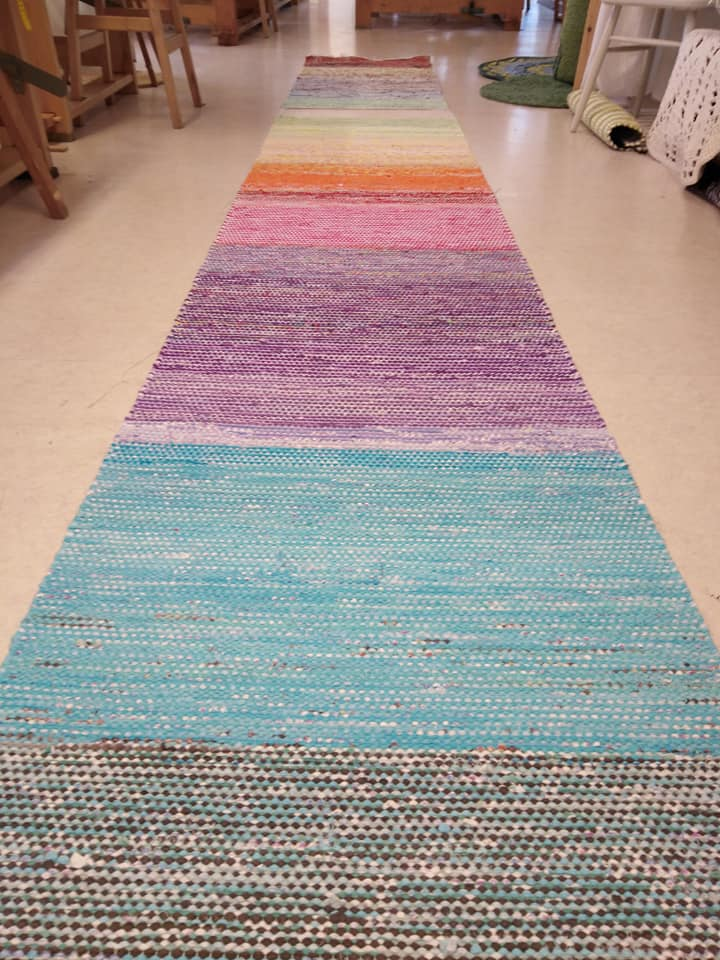 Kesäksi valmistui satumainen matto  kuteena käytetty trikoota ja leikattua kanga…