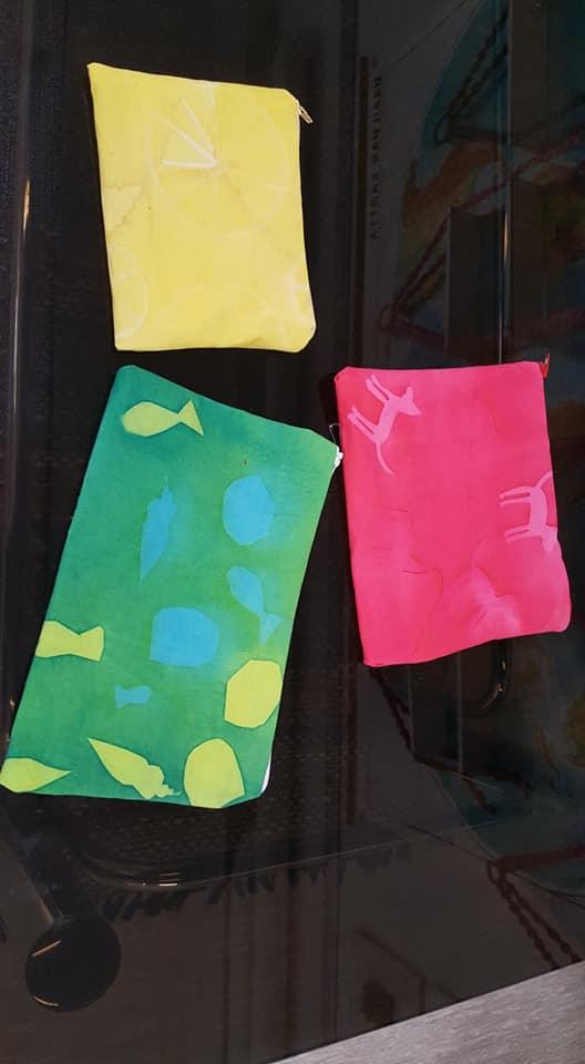 Kässäkoululaisten pussit aurinkovärjätyistä kankaista lähtivät kotiin kesänviett…