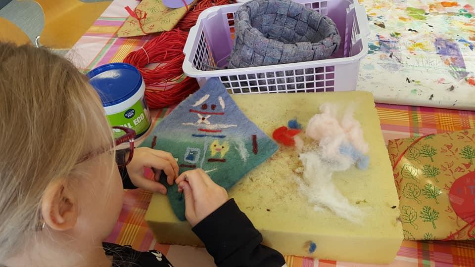 Kässäkoululaisten töitä huovasta ja kankaankuviointia, sabluunoilla ja aurinkovä…